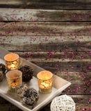 Ainda-vida vertical de dezembro com luz de vela para a decoração da época natalícia Fotos de Stock