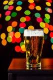 Ainda vida, vidro da cerveja que obtém fresco no fundo do bokeh Fotos de Stock