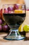 Ainda vida - vidro da uva do vinho tinto, a amarela e a vermelha de muscat, queijo em uma lona Imagens de Stock Royalty Free