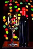 Ainda vida, vinho tinto com vidro e fundo do bokeh, lowkey Imagens de Stock