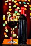Ainda vida, vinho tinto com vidro e fundo do bokeh, lowkey Imagem de Stock Royalty Free