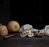 Ainda vida, vintage abóbora e cogumelos em uma tabela de madeira escura arte, pinturas velhas Imagem de Stock Royalty Free