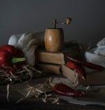 Ainda vida, vintage pimenta vermelha, moinho, e uma toalha na tabela de madeira Fotos de Stock
