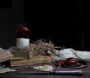 Ainda vida, vintage a sobremesa fresca da leiteria com ameixas, os livros velhos e a faca de prata em uma tabela de madeira drape Fotografia de Stock