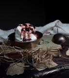 Ainda vida, vintage a sobremesa fresca da leiteria, livros velhos em uma tabela de madeira drapeja Fotos de Stock