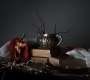 Ainda vida, vintage vaso de prata velho, pimenta vermelha, moinho, e uma toalha na tabela de madeira Fotografia de Stock Royalty Free