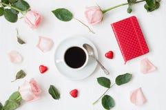 Ainda vida - a xícara de café, as rosas do pêssego, o cartão vazio do amor e o coração deram forma a doces, fundo romântico do am Fotos de Stock
