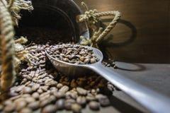 Ainda vida - xícara de café, saco e colher no backgroun oxidado velho Imagens de Stock