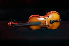 Ainda violino ascendente próximo da vida isolado no fundo preto Imagem de Stock