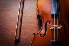 Ainda violino da vida na tabela de madeira. Fotografia de Stock