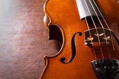 Ainda violino da vida na tabela de madeira. Imagens de Stock Royalty Free