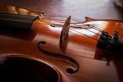 Ainda violino da vida na tabela de madeira. Imagens de Stock