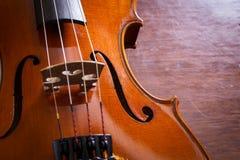 Ainda violino da vida na tabela de madeira Foto de Stock