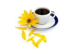 Ainda xícara de café da vida, flor amarela e pétalas próximas, isola Foto de Stock