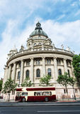 Aint Stephen& x27; s-Basilika und Sightseeing-Tour-Bus in Budapest, HU Stockbilder