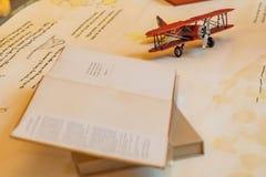 Aiplane über Karte und Buch stockfotografie