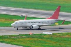 Aiplane на взлётно-посадочная дорожка после приземляться, ездя на такси к стержню на авиапорте Стоковая Фотография RF