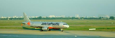 Aiplane de Jetstar na pista de decolagem Fotos de Stock