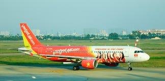 Aiplane de VietjetAir na pista de decolagem Fotografia de Stock