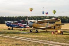 Aiplanes y globos del aire caliente Foto de archivo libre de regalías