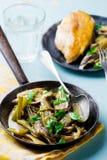 Aipo cozido com cepa-de-bordéus em uma frigideira do vintage Foto de Stock