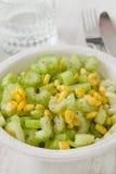 Aipo da salada com milho na bacia branca Foto de Stock