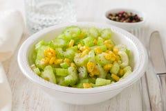 Aipo da salada com milho na bacia branca Fotografia de Stock Royalty Free