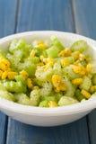 Aipo da salada com milho na bacia branca Fotos de Stock Royalty Free