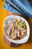 Aipo dos ramen c do macarronete da sopa, galinha, daikon em uma tabela amarela Imagem de Stock
