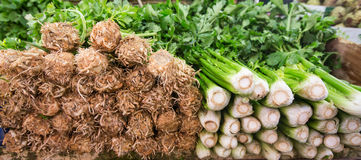 Aipo fresco empilhado em um suporte em um mercado de fruto Imagem de Stock