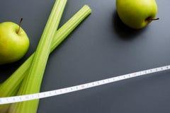 Aipo, maçãs e fita de medição Fotografia de Stock Royalty Free
