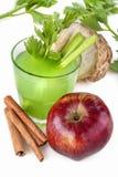 Aipo, maçãs e suco da canela Fotografia de Stock