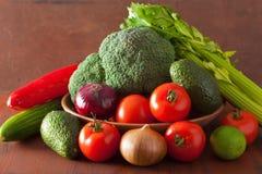 Aipo saudável do pepino dos brócolis da cebola do abacate do tomate dos vegetais Imagem de Stock Royalty Free