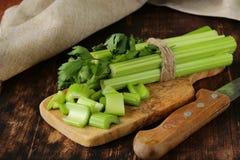 Aipo verde desbastado em uma placa da cozinha Imagem de Stock