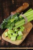 Aipo verde desbastado em uma placa da cozinha Fotos de Stock
