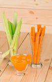Aipo verde fresco com as cenouras nos vidros Imagem de Stock Royalty Free