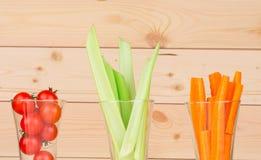 Aipo verde fresco com os vegetais nos vidros Imagens de Stock Royalty Free