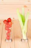 Aipo verde fresco com os vegetais nos vidros Fotos de Stock Royalty Free