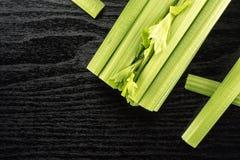 Aipo verde fresco na madeira preta Fotos de Stock