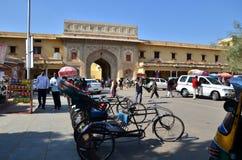 Aipur, Índia - 29 de dezembro de 2014: Os povos visitam o palácio da cidade em Jaipur Imagens de Stock