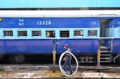 Aipur, Índia - 3 de janeiro de 2015: passageiros na janela de um trem Railway indiano Imagem de Stock Royalty Free