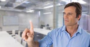 Air émouvant d'homme d'affaires devant l'espace de travail Image stock