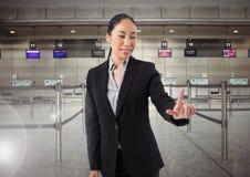 Air émouvant de femme d'affaires d'aéroport devant des barrières de file d'attente d'aéroport Photographie stock libre de droits