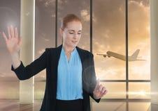 Air émouvant de femme d'affaires devant l'avion dans l'aéroport Images stock