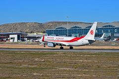 Air Algerie surfacent juste quittant la piste à l'aéroport d'Alicante Images stock