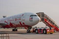 МАЛАЙЗИЯ - 29-ОЕ АПРЕЛЯ: Air Asia строгает на международном аэропорте Куалаа-Лумпур 29-ого апреля 2012 в МАЛАЙЗИИ Стоковое Изображение RF