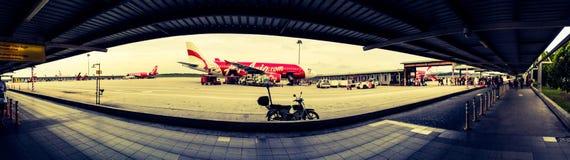 Air- Asiaflugzeug an Malaysia-Flughafen lizenzfreies stockbild