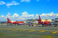 Air- Asiaflugzeuge an internationalem Flughafen Manilas Stockfotografie