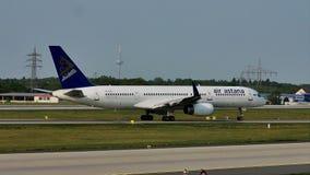Air Astana die taxi in de Luchthaven van Frankfurt, FRA, Duitsland doen stock videobeelden