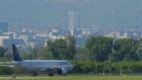 Air Astana flygbuss A321 som ?ker taxi, n?r att ha landat arkivfilmer
